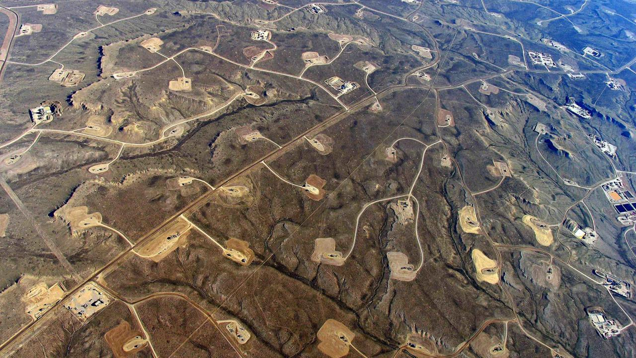 Shale-drilling/hydraulic fracturing landscape https://www.flickr.com/photos/sfupamr/14601885300